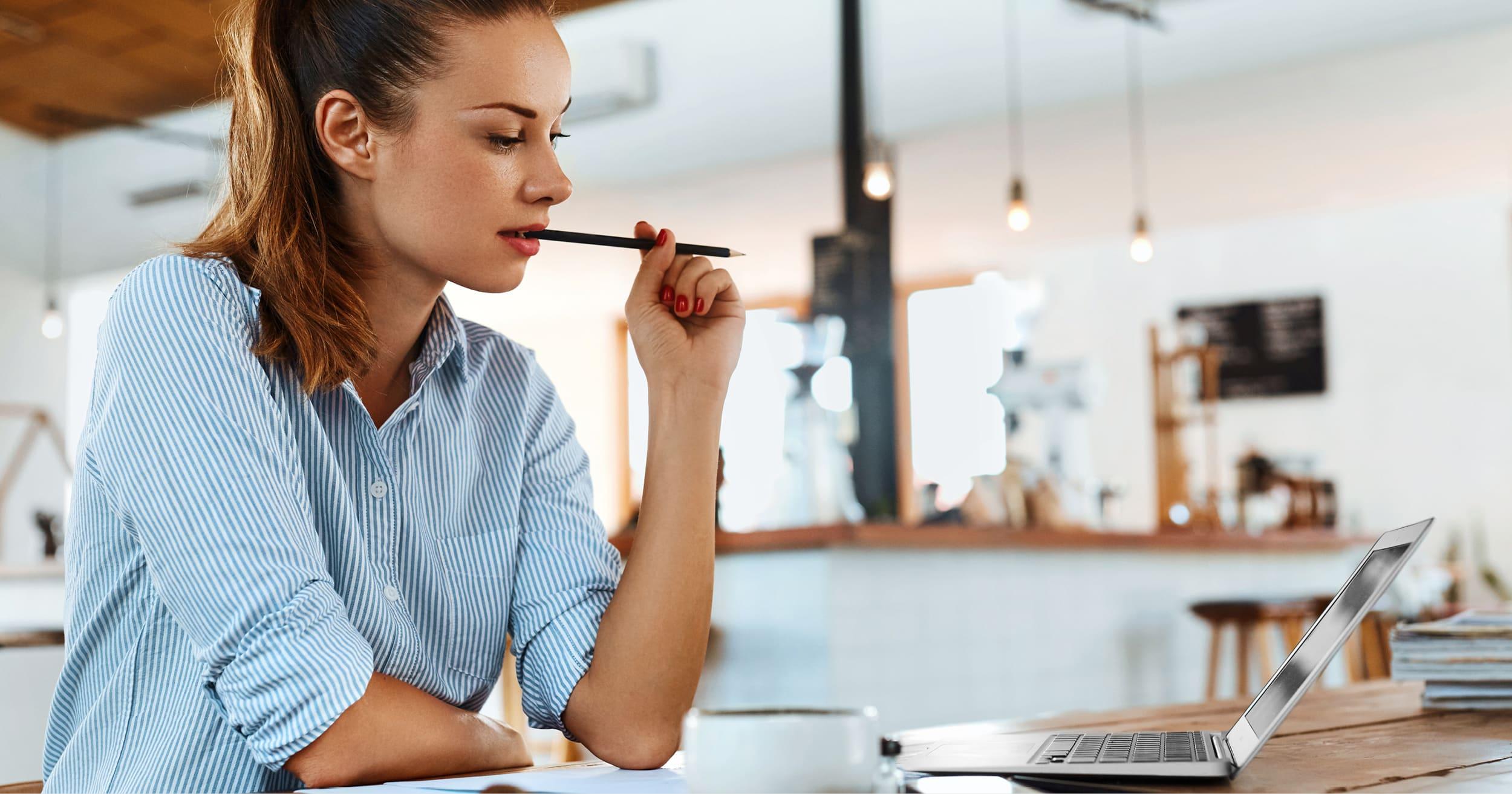 Une travailleuse freelance en pleine réflexion