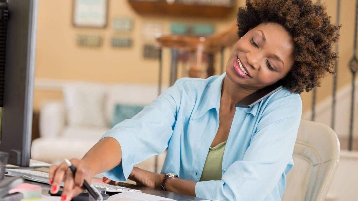 Une travailleuse freelance au téléphone