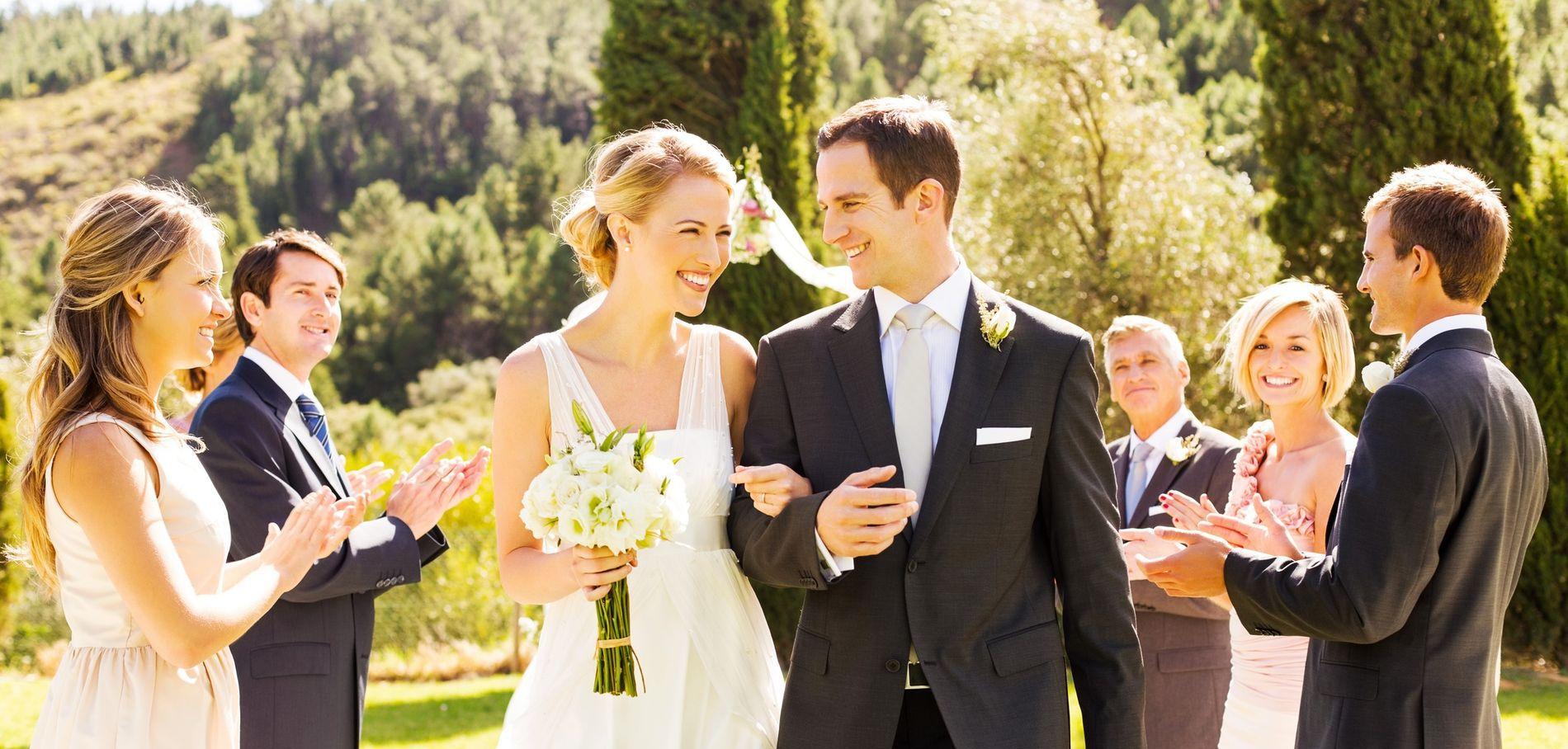 La marche nuptiale d'un couple de jeunes mariés