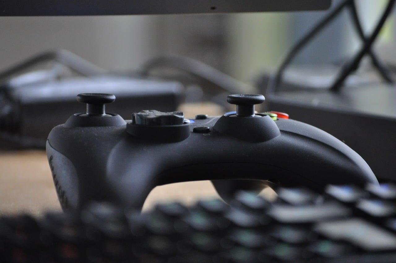 Ordinateur et manette de jeux vidéos